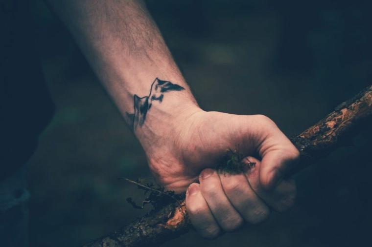 Tatuaggi piccoli uomo, disegno montagne, tatuaggio sul polso della mano