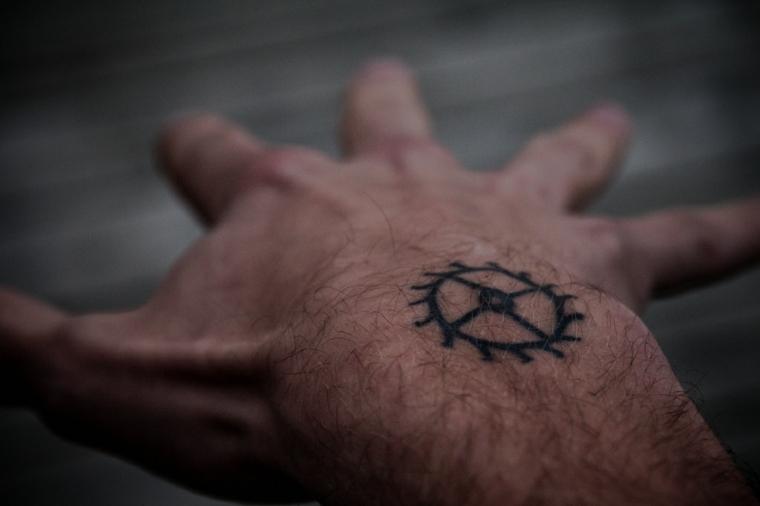 Tatuaggi avambraccio uomo, disegno cerchio tattoo, tattoo sul polso della mano