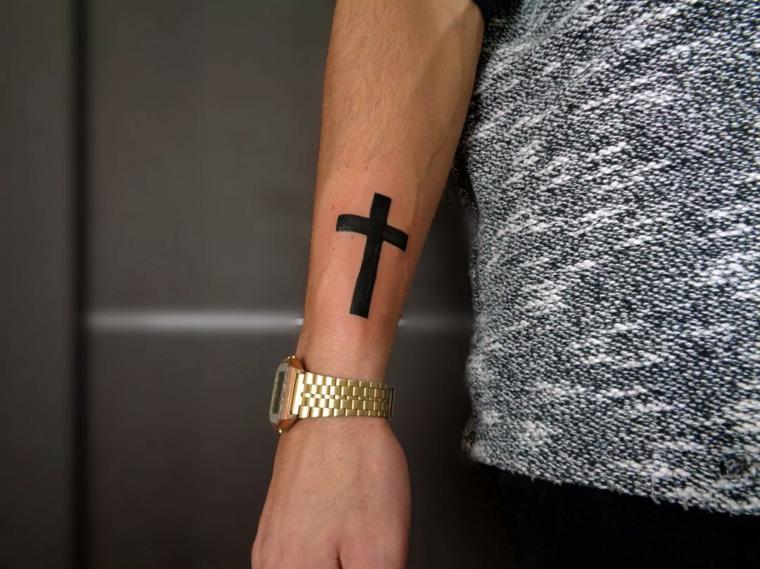 Tatuaggi significati profondi, tatuaggio sull'avambraccio, disegno croce tattoo