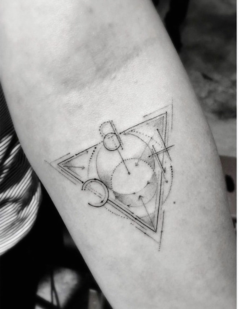 Tatuaggi avambraccio, disegno con figure geometriche, tatuaggio discreto per uomo