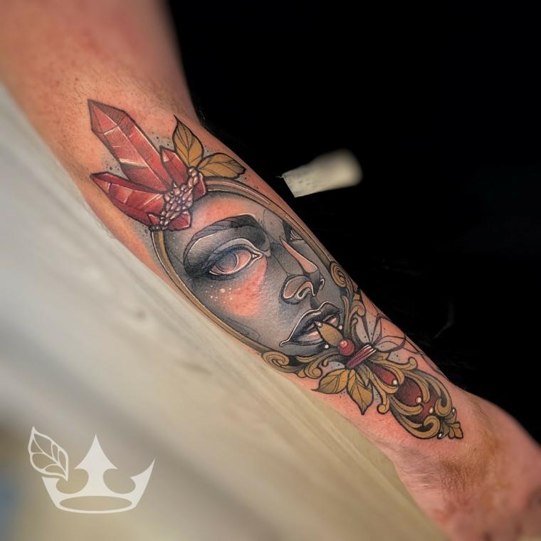 Tattoo colorato sull'avambraccio, uomo con tatuaggio, tatuaggi e significati