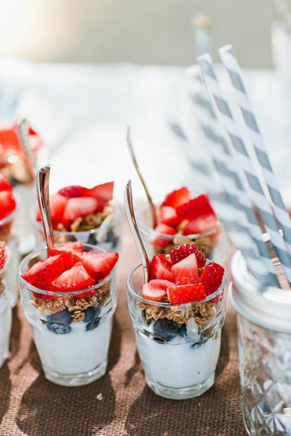 Dolce al cucchiaio, colazione con yogurt e fragole, cereali con mirtilli