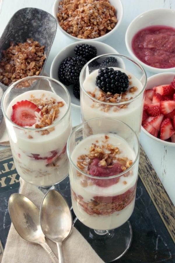 Dolce al cucchiaio, ciotole con cibo, yogurt e cereali, cibo per la colazione