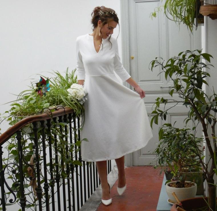 Donna in terrazza, abito bianco semplice, donna con capelli raccolti, sposa con abito bianco