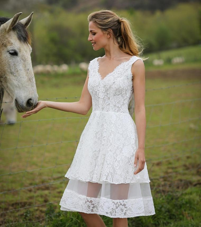 Donna con cavallo, abito sposa con ricami, gonna con pizzo trasparente, vestito sposa corto