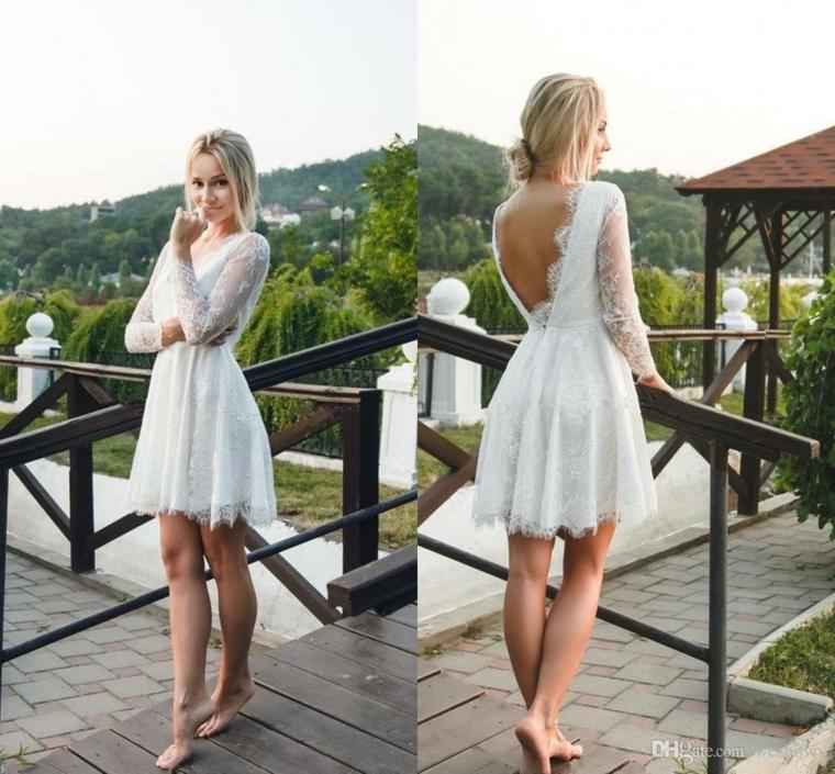 Abito donna colore bianco, sposa con vestito corto, donna su un terrazzo, vestito con schiena scoperta
