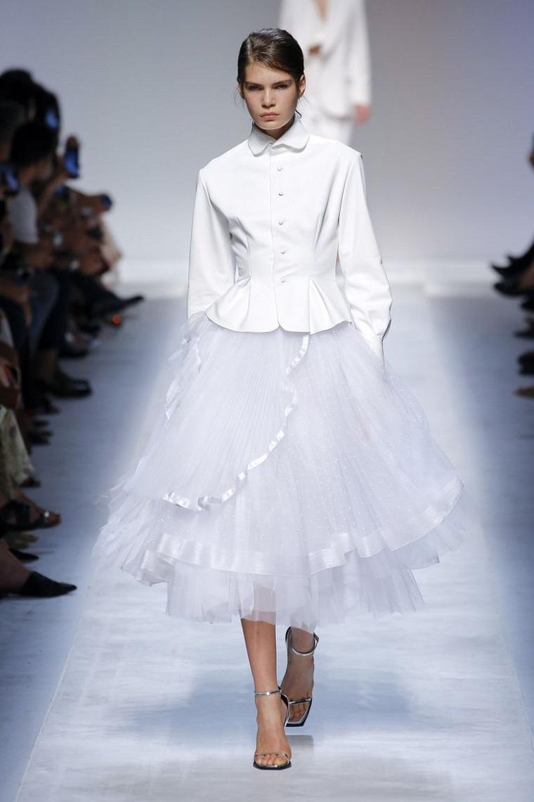 Abiti da sposa corti, gonna in tulle bianco, modella in passerella, abito da sposa con giacca