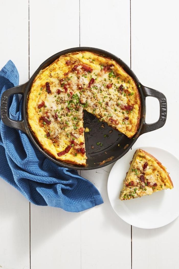 Frittata di uova con carne, teglia con torta salata, idee cibo per il brunch