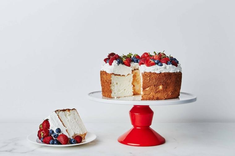 Immagini di torte bellissime, torta con crema bianca, decorazione torta con frutti di bosco