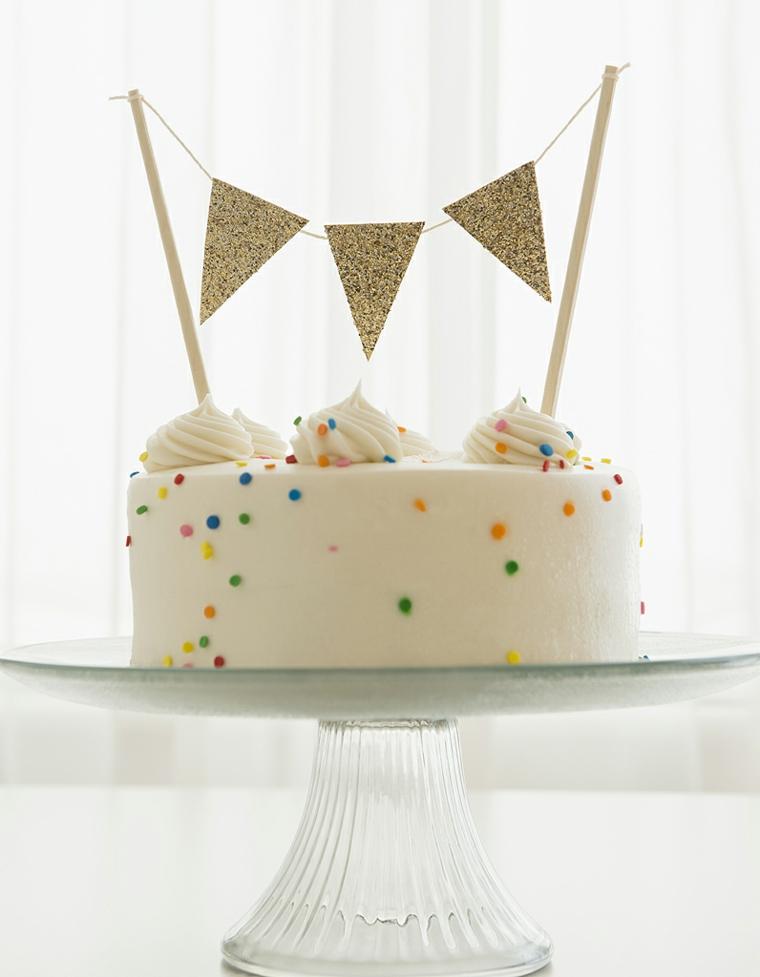 Topper torta ghirlanda, torta ricoperta con crema bianca, immagini torte compleanno da scaricare