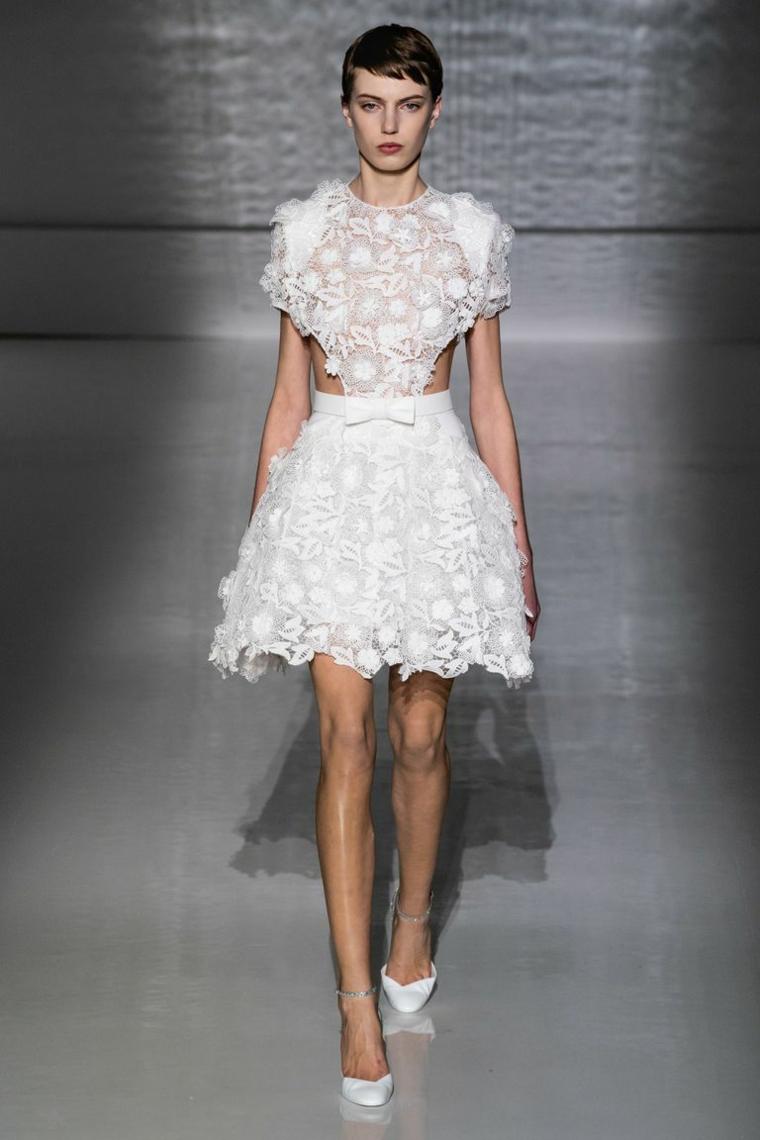 Abiti da sposa corti, vestito bianco in pizzo, modella in passerella, vestito con schiena scoperta