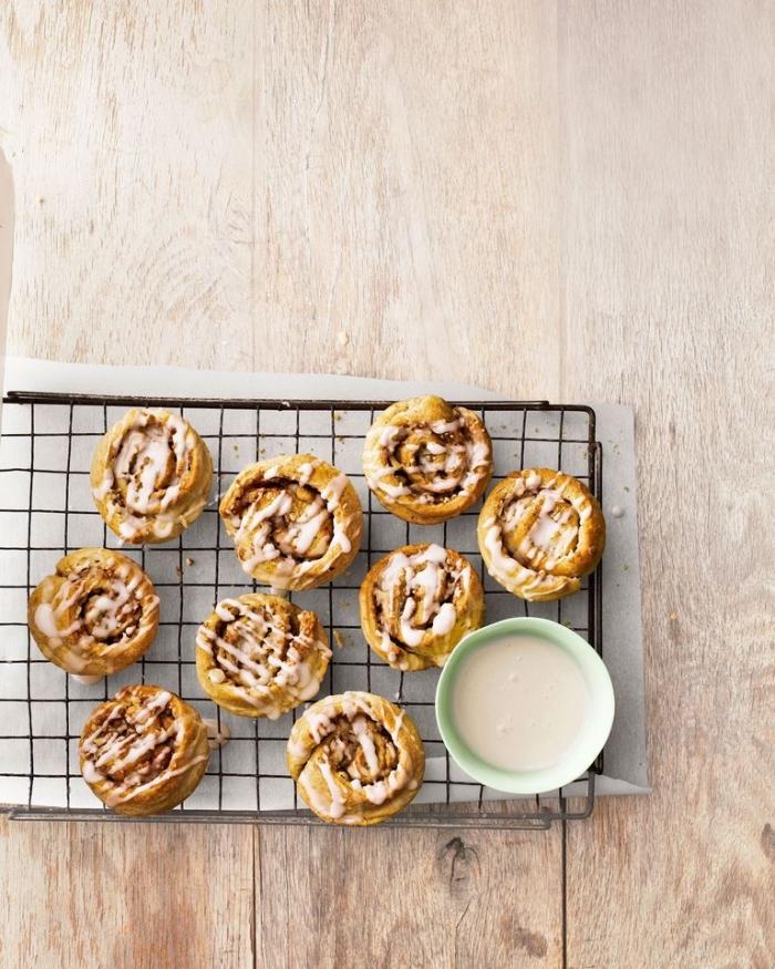 Ricette antipasti sfiziosi, dolcetti al forno, biscotti rotondi con glassa, glassa di zucchero bianca