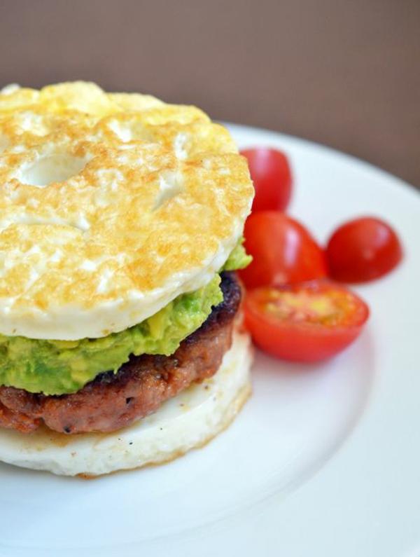 Cibi da brunch, hamburger con polpetta di carne, panino con guacamole, panino con uova