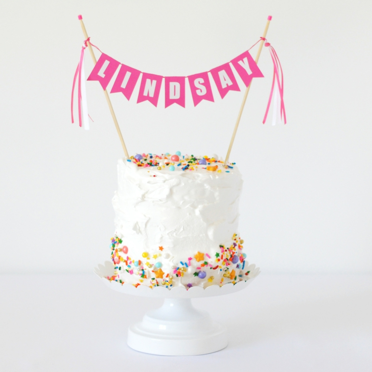 Torta compleanno bimba, torta con glassa bianca, topper con ghirlanda nome bimba