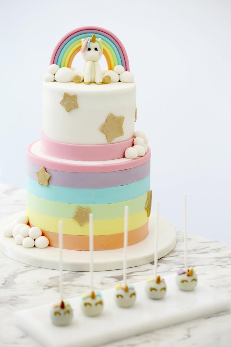 Torte di compleanno particolari, torta a due piani, decorazioni con arcobaleno e unicorno
