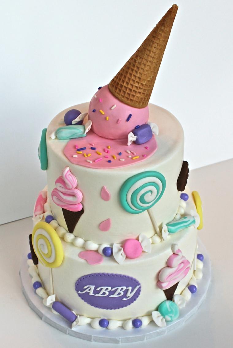 Torte bellissime, torta a due piani, decorazioni con pasta di zucchero, decorazione con gelato cono