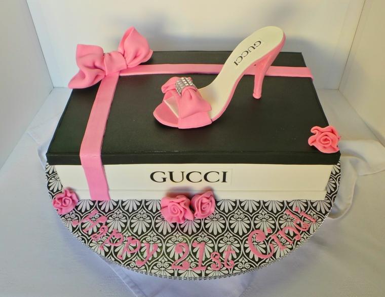Torte di compleanno facili da fare in casa, torta scatola gucci, decorazione con scarpetta rosa