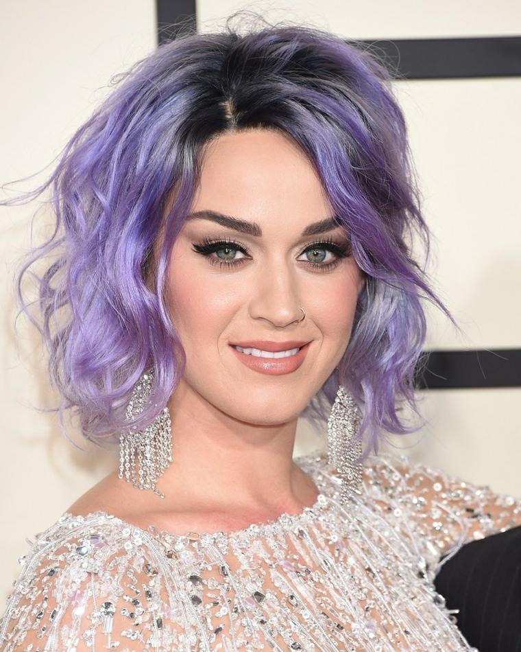 La cantante Kety Perry, capelli di colore viola, acconciatura effetto mosso, taglio capelli corti donna