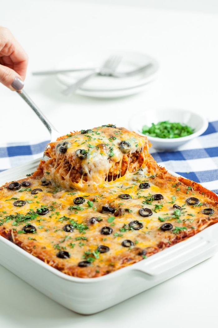 Lasagne alle verdure, lasagna con olive nere, brunch significato, tovaglia a quadri