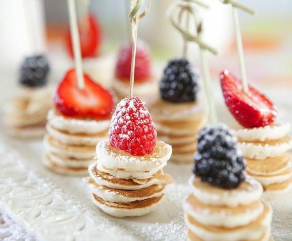 Spiedini di frutti di bosco, mini capcake con zucchero a velo, colazione con dolcetti