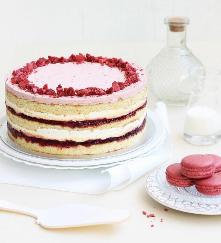 Torte di compleanno facili da fare in casa, piatto con macaron, ripieno strati marmellata