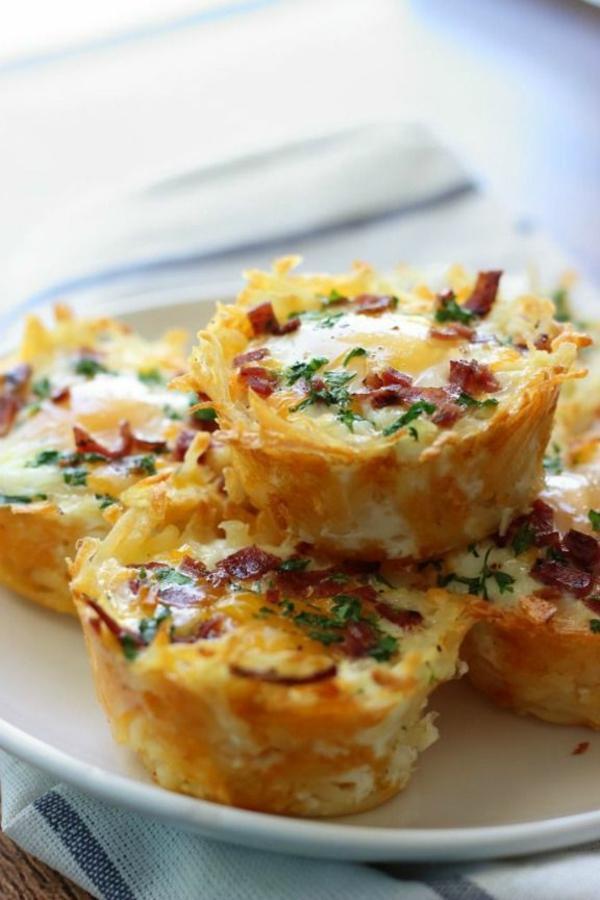 Idee brunch, muffin con pancetta, muffin alle uova, antipasto preparato al forno