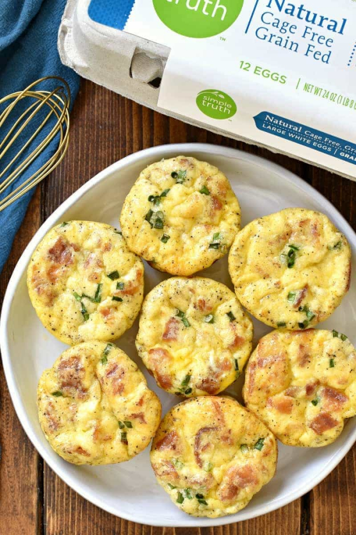 Muffin salati alle uova, idee brunch, muffin con becon e verdure