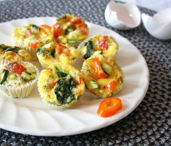 Stuzzichini salati per brunch, muffin alle uova, muffin con spinaci e pomodori