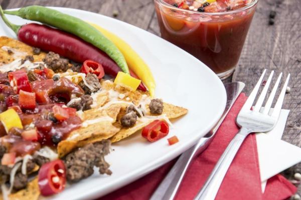 Piatto con nachos, verdure tagliate a cubetti, brunch significato, peperoncini piccanti