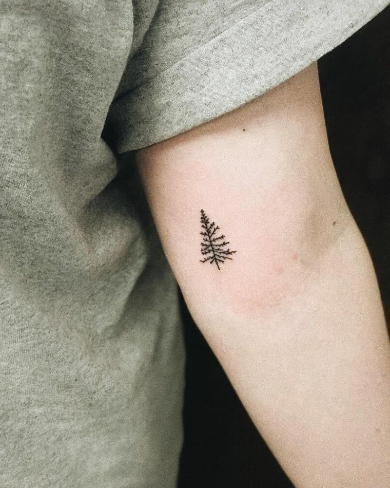Tatuaggio albero piccolo, tattoo sul braccio uomo, uomo con maglietta grigia