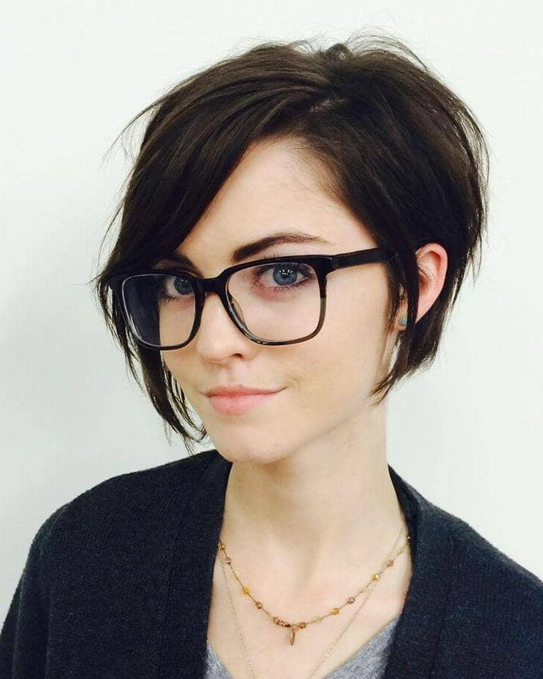 Taglio capelli corti donna, capelli di colore nero, donna occhiali da sole
