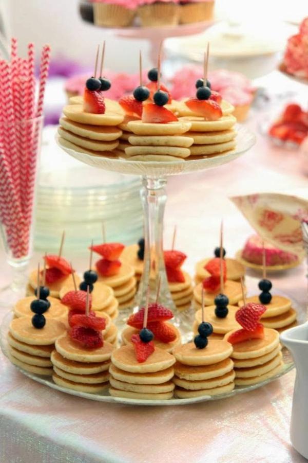 Spiedini di mini pancakes, fragole tagliate a fette, spiedini con mirtilli