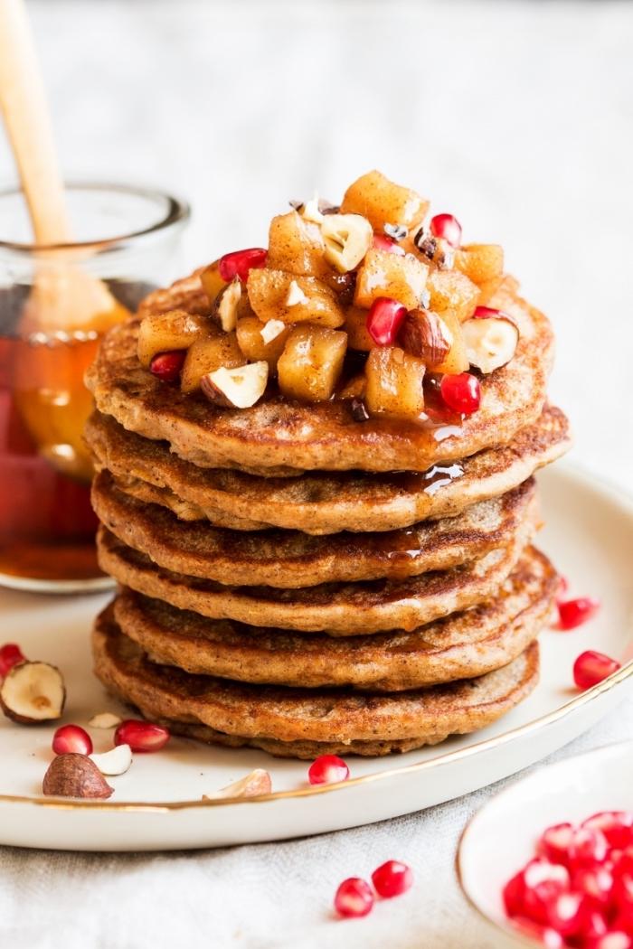 Cibi da brunch, pancake con miele, colazione con pancake e frutta