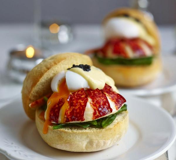 Panino con uovo al tegamino, pane ciabatta con salame, panino con formaggio fuso