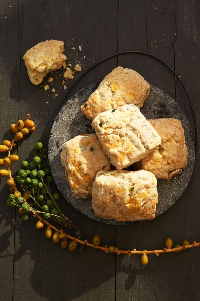 Fettine di pane con olive, rametto con bacche, idea stuzzichini per il brunch