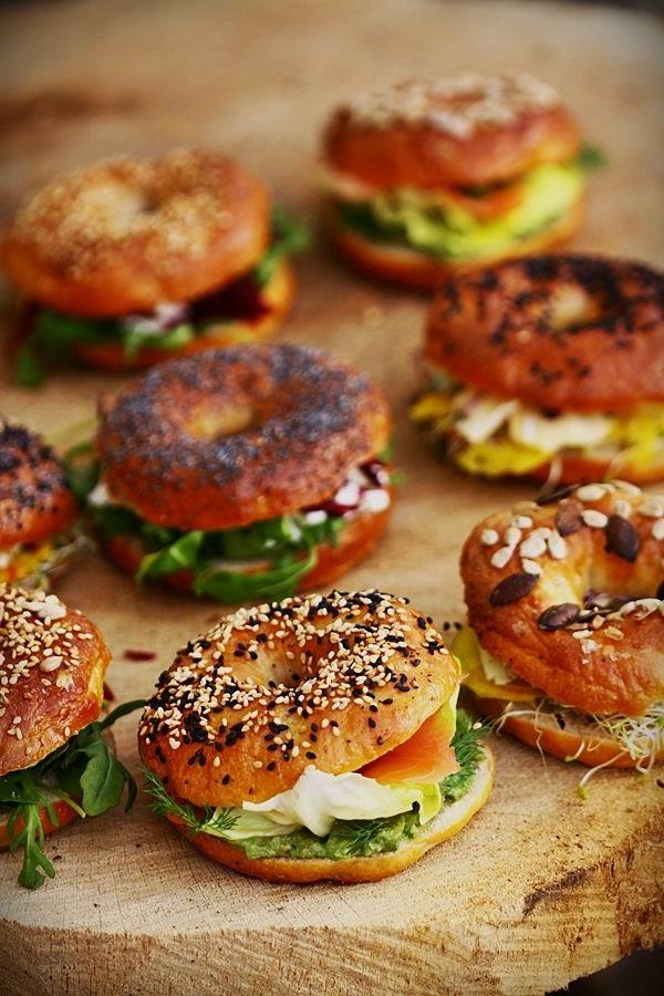 Ricette antipasti sfiziosi, panini con salmone, pane con sesamo nero