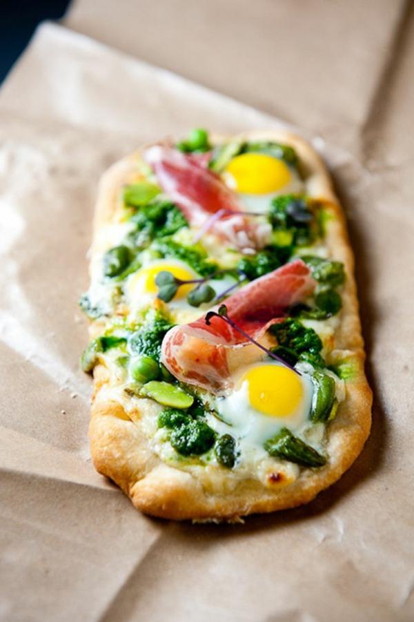 Antipasti semplici e veloci, pizza con spinaci e uova, fette di prosciutto