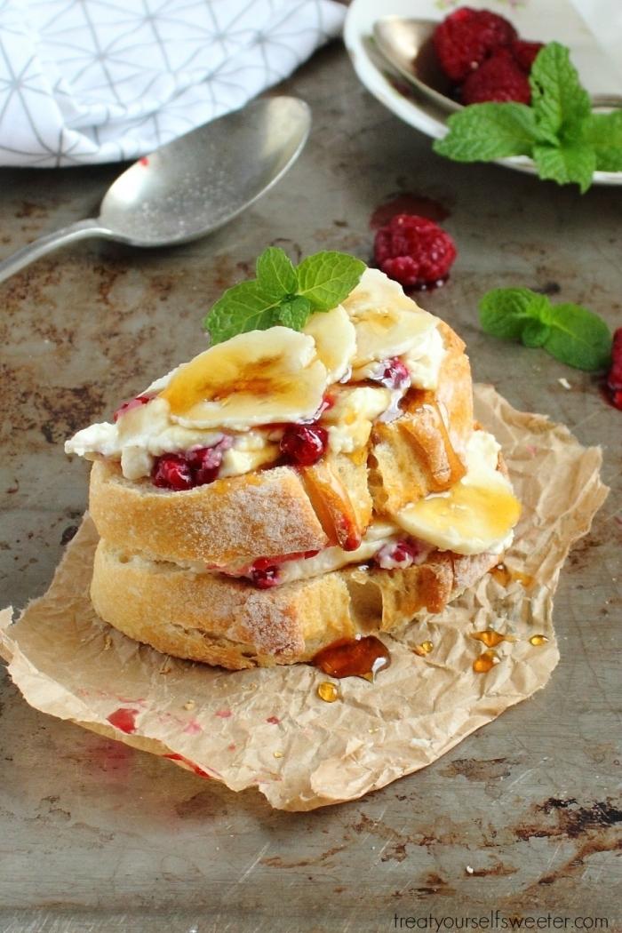Panino con frutta, due fette di pane con miele, foglie verdi di menta, brunch significato