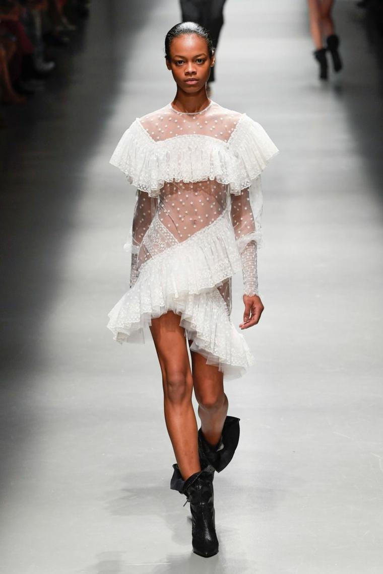 Modella in passerella, vestiti da sposa corti, abito in pizzo, vestito sposa con volant