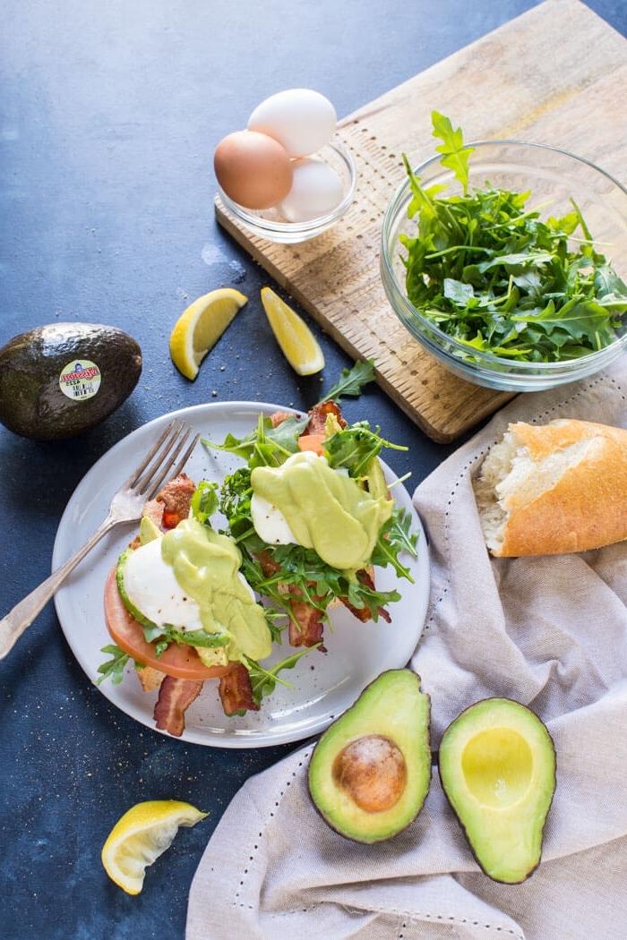 Menu brunch, avocado con rucola, pancetta e guacamole, ciotola con tre uova