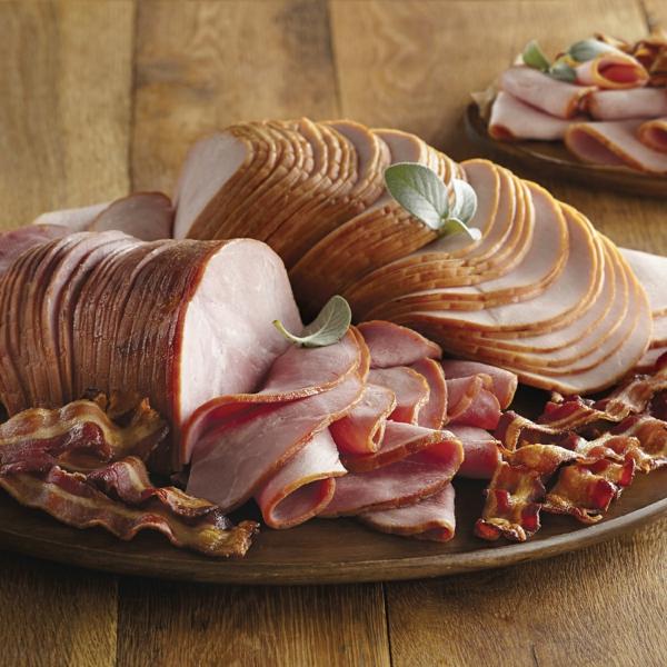 Fette di prosciutto, fette di becon, colazione e brunch con affettati