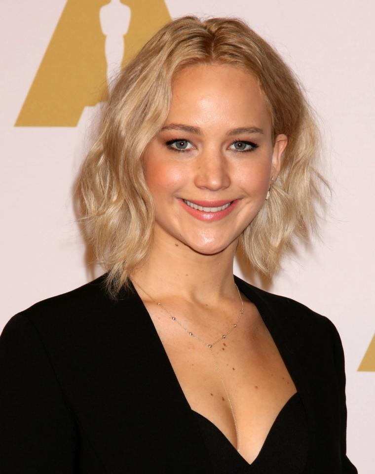 Premi Oscar, l'attrice Jennifer Lawrence, capelli effetto mosso, giacca con scollo V