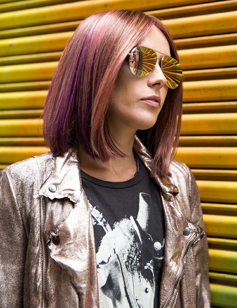 Donna con taglio bob, taglio corto dietro e lungo davanti, colore capelli viola