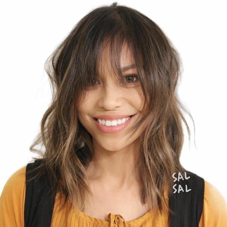 capelli mossi medi, acconciatura con piega mossa, taglio di capelli long bob, taglio bob con frangia