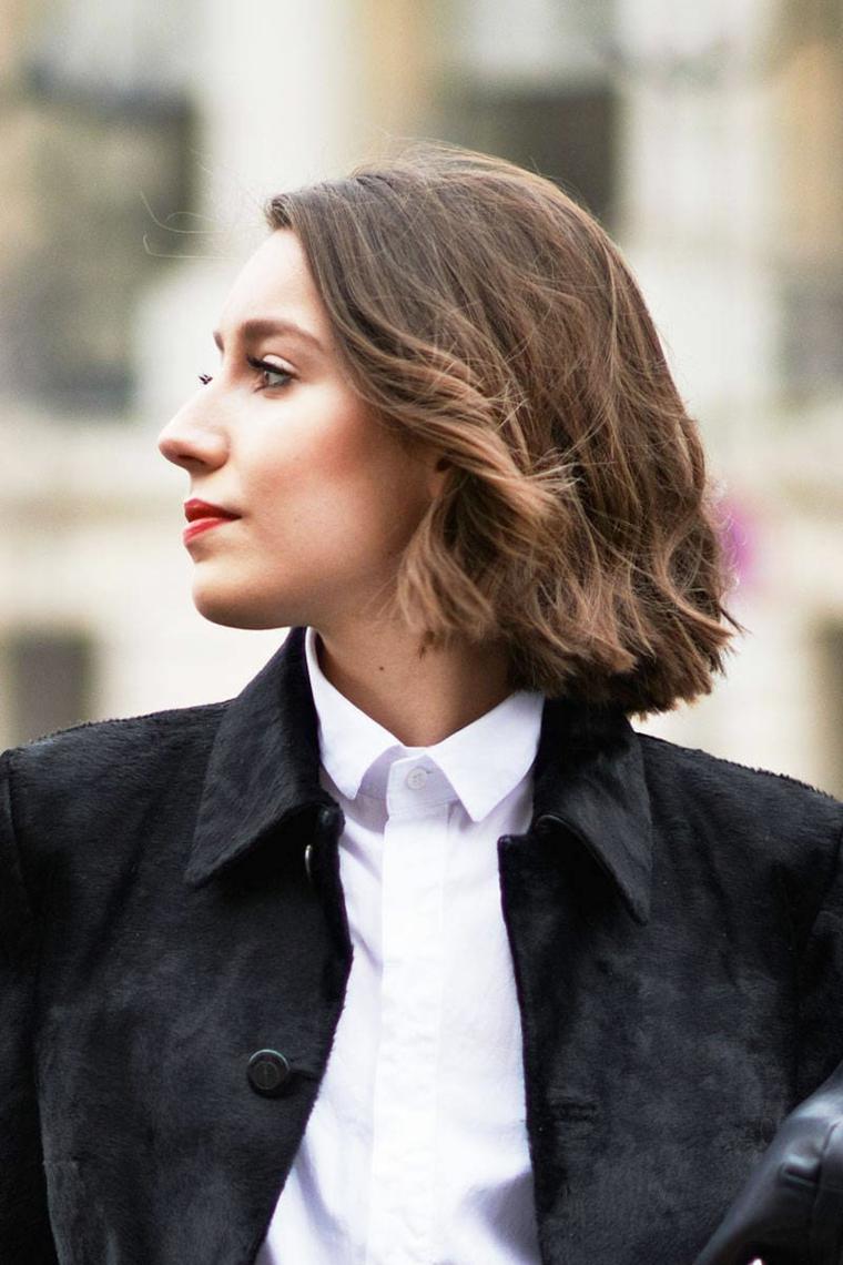Taglio corto scalato, pettinatura capelli mossi, donna con viso di profilo, capelli taglio carré
