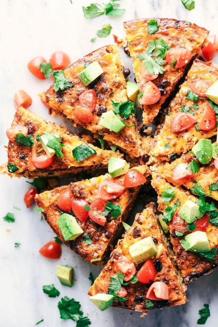 Pizza alle verdure, avocado tagliato a cubetti, pomodorini tagliati a metà, antipasti sfiziosi freddi veloci