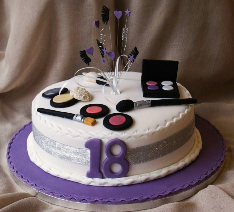 Torta per ragazza 18 anni, decorazione torta con trucchi e pennelli, dolce ricoperto con pasta di zucchero bianco