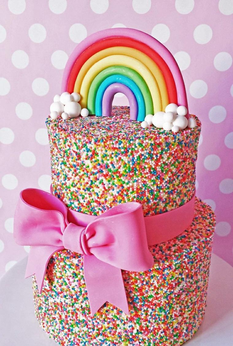 Torte bellissime, torta con palline colorate, decorazione con arcobaleno di pasta di zucchero