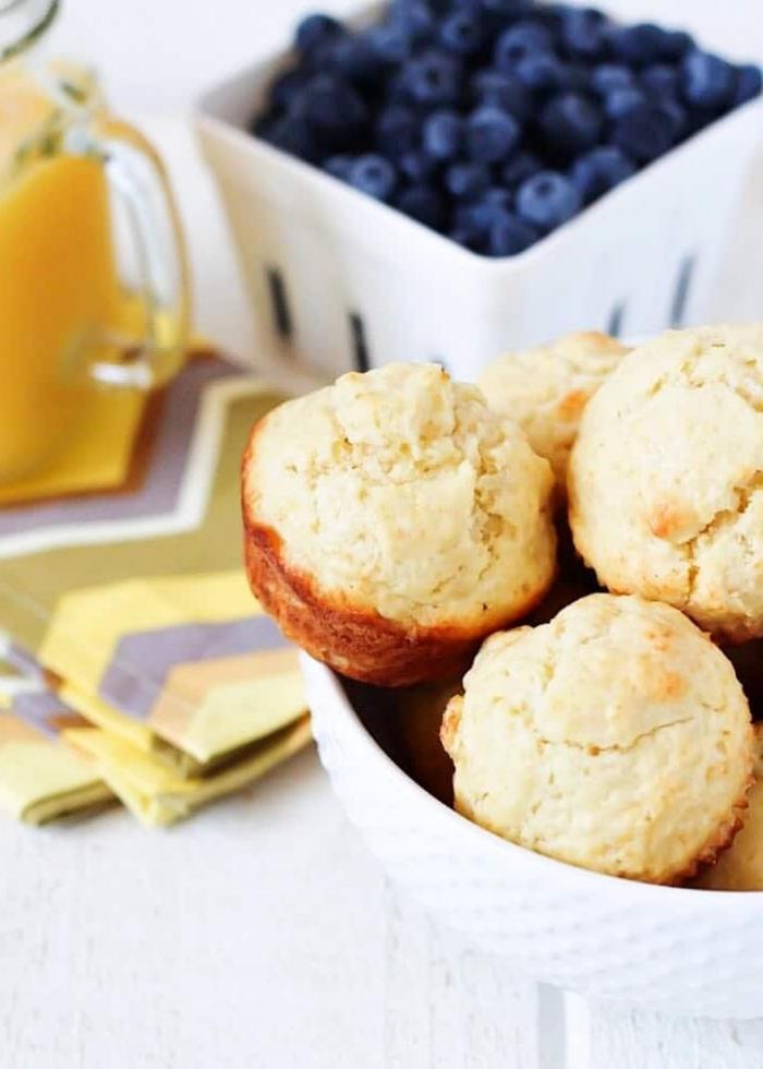 Muffin ai mirtilli, ciotola con mirtilli, brunch con muffin