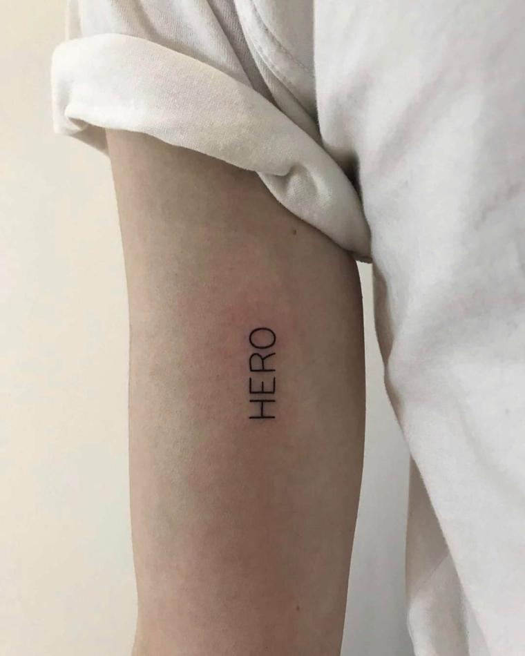 Uomo con braccio tatuato, tatuaggio scritte, scritta in inglese
